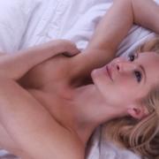 Dvije plavuše u krevetu